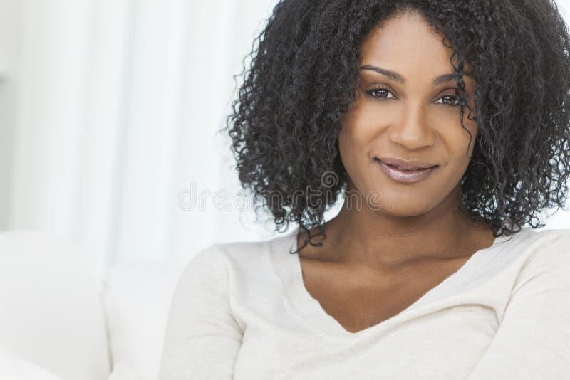 Schöne lächelnde Afroamerikaner-Frau stockfoto
