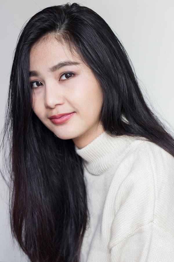Schöne lächelnde Asiatin stockbilder