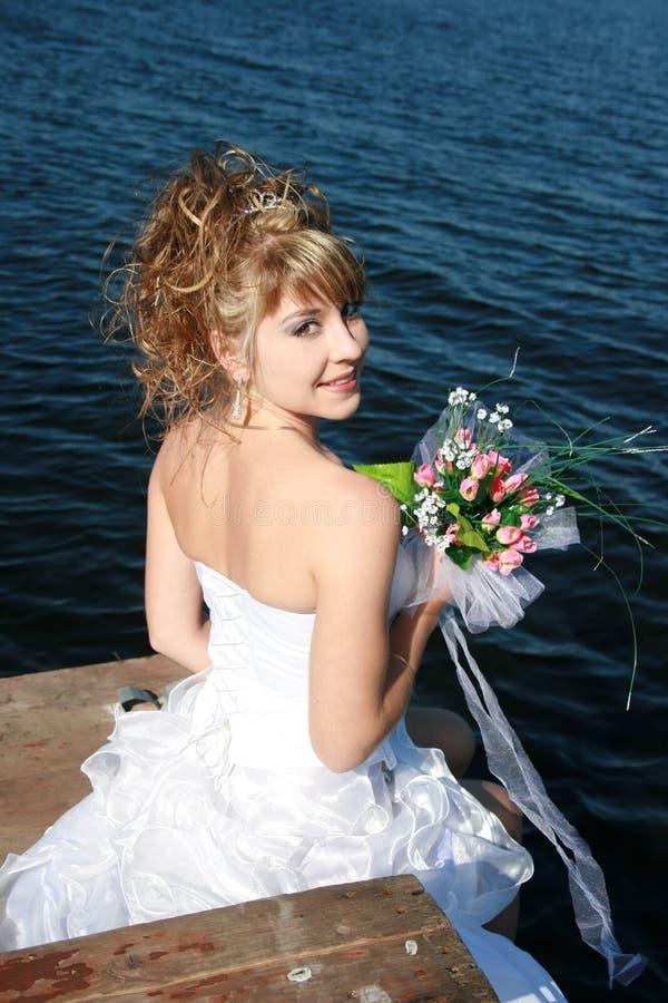 Schöne lächelnde Braut stockfotografie