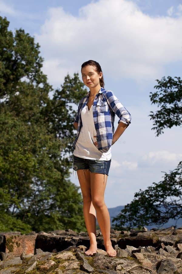 Schöne lächelnde Brunette-Jugendliche stockfoto