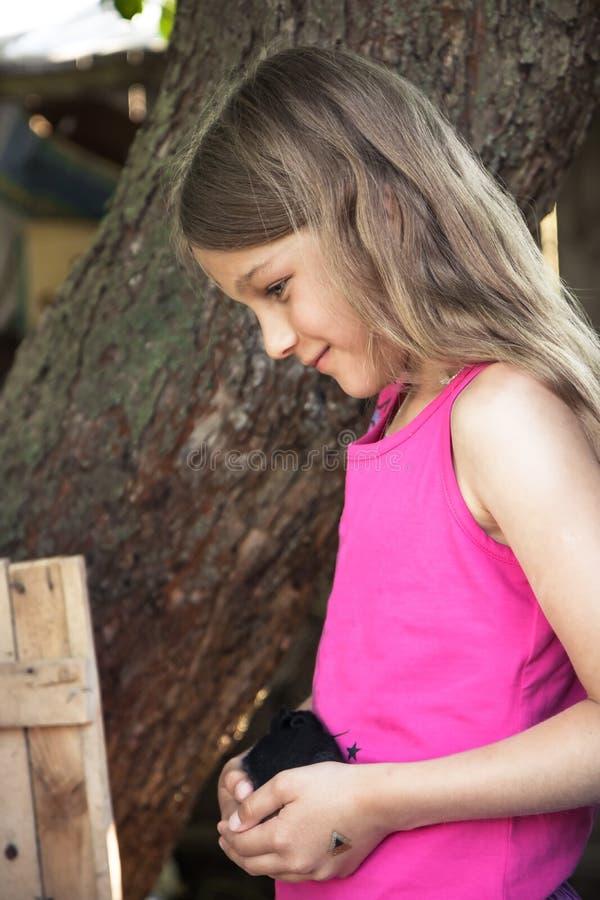 Schöne lächelnde des Haustierbauernhoflandschaftskonzeptes der Mädchensorgfalt Tierpflege stockbilder