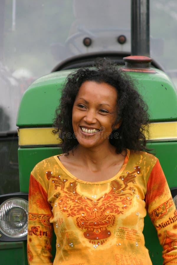 Schöne lächelnde dunkle Frau stockfotos