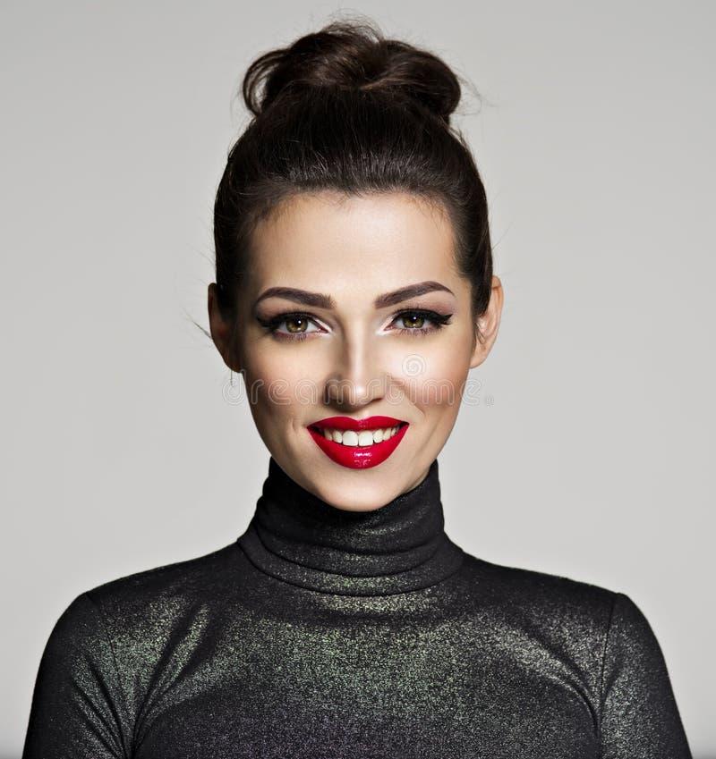 Schöne lächelnde Frau lizenzfreie stockbilder