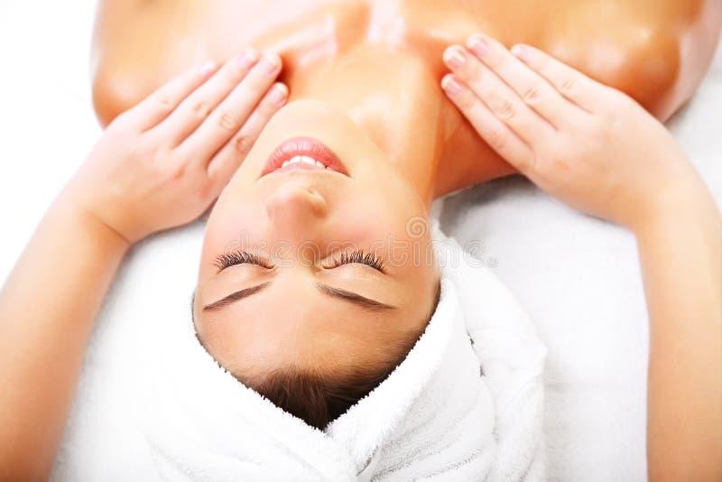 Schöne lächelnde Frau, die eine Massage erhält. lizenzfreies stockbild