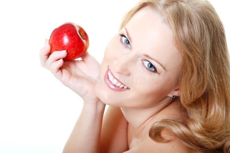 Schöne lächelnde Frau, die roten Apfel, mittleres Gesicht der erwachsenen Frau hält stockfotos