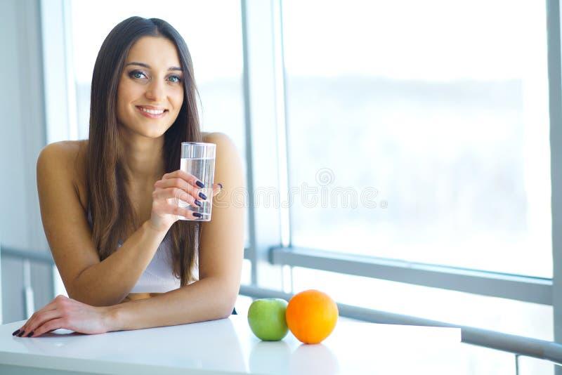 Schöne lächelnde Frau, die Vitamin-Pille einnimmt Diätetische Ergänzung lizenzfreies stockfoto