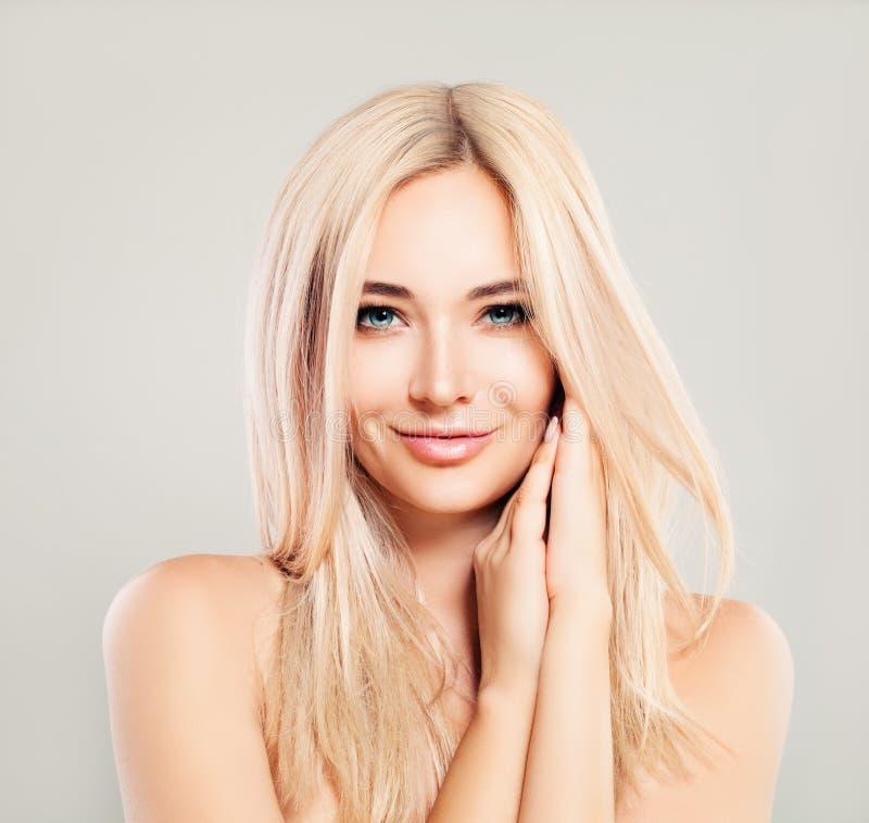 Schöne lächelnde Frau mit dem blonden Haar Blondie-Mode-Modell stockfoto