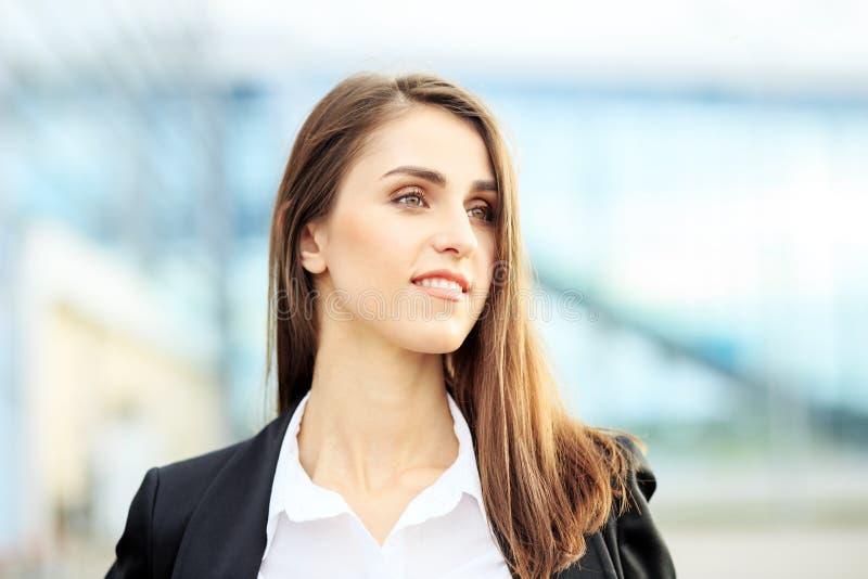 Schöne lächelnde Frau Schönes Make-up Konzept für Unternehmen, Arbeit, Karriere lizenzfreies stockbild
