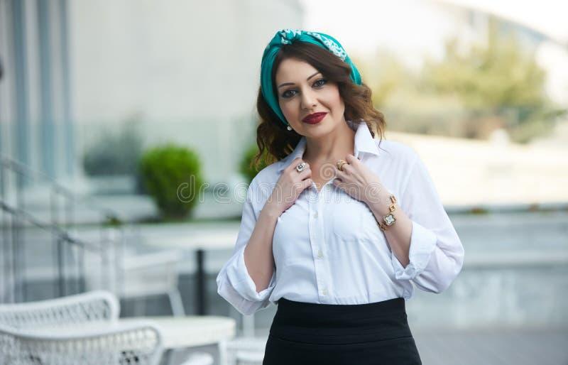 Schöne lächelnde Frau weißes Hemd und schwarzen Rock tragen stockfotos