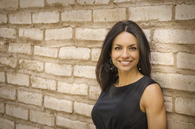 Schöne lächelnde Geschäftsfrau lizenzfreie stockfotos