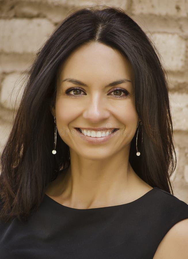 Schöne lächelnde Geschäftsfrau stockbild