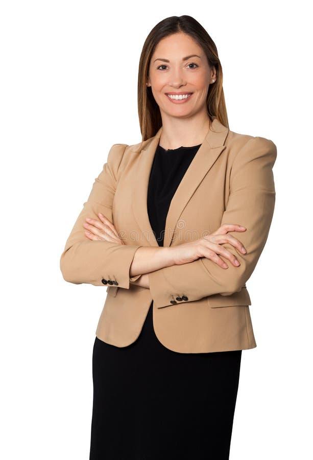 Schöne lächelnde Geschäftsfrau bewaffnet gefaltete Stellung lizenzfreie stockfotografie