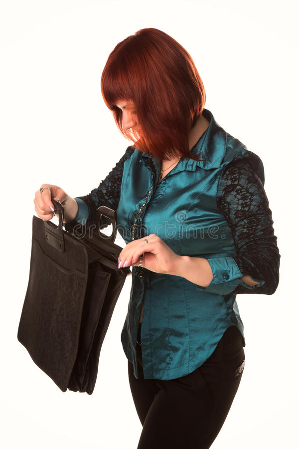 Schöne lächelnde Geschäftsfrau, die schwarzen Aktenkoffer hält stockfoto