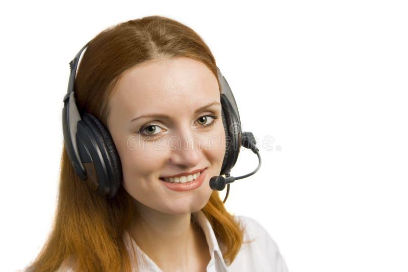Schöne lächelnde Geschäftsfrau mit Kopfhörer lizenzfreies stockfoto