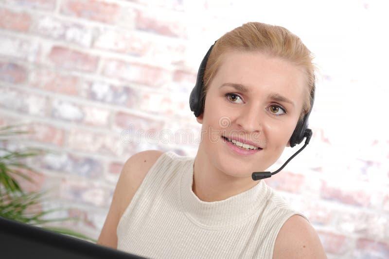Schöne lächelnde glückliche Frau im Kopfhörer stockbild