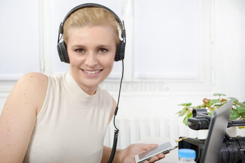 Schöne lächelnde glückliche Frau mit Kopfhörern stockbilder
