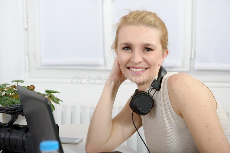 Schöne lächelnde glückliche Frau mit Kopfhörern stockfotos