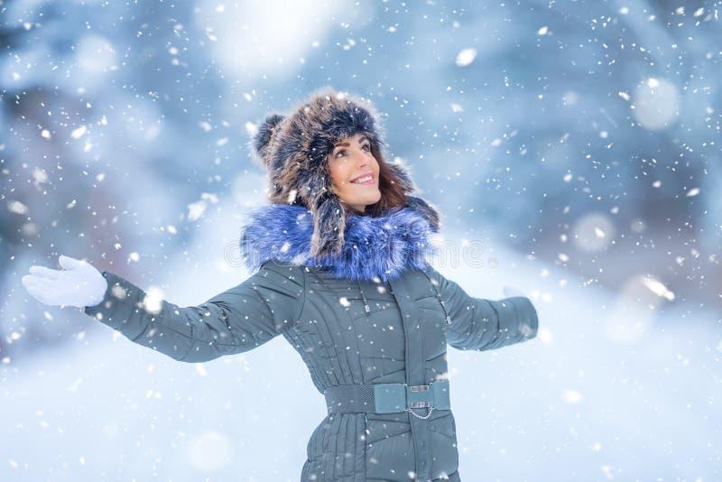 Schöne lächelnde junge Frau in der warmen Kleidung das Konzept von P stockfoto