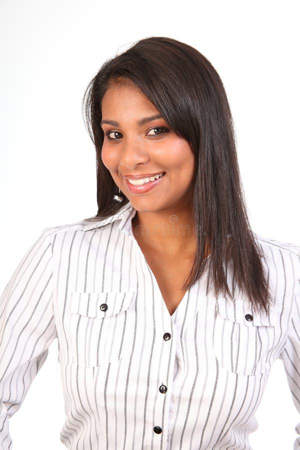 Schöne lächelnde junge Frau in der weißen Bürooberseite stockfotografie