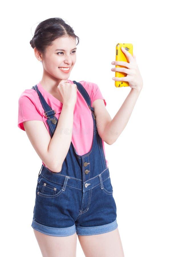 Schöne lächelnde junge Frau, die selfie Foto macht lizenzfreie stockfotos