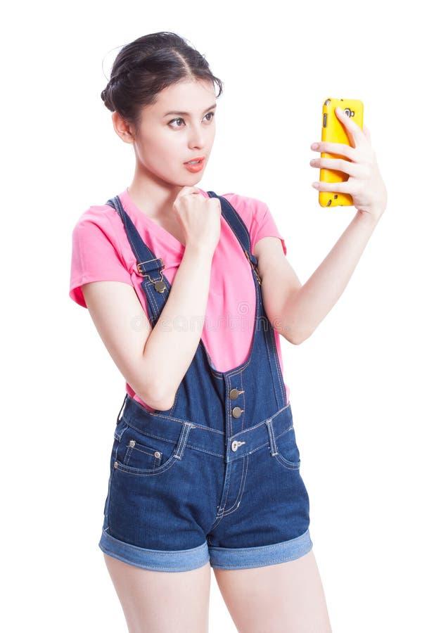 Schöne lächelnde junge Frau, die selfie Foto macht lizenzfreie stockbilder