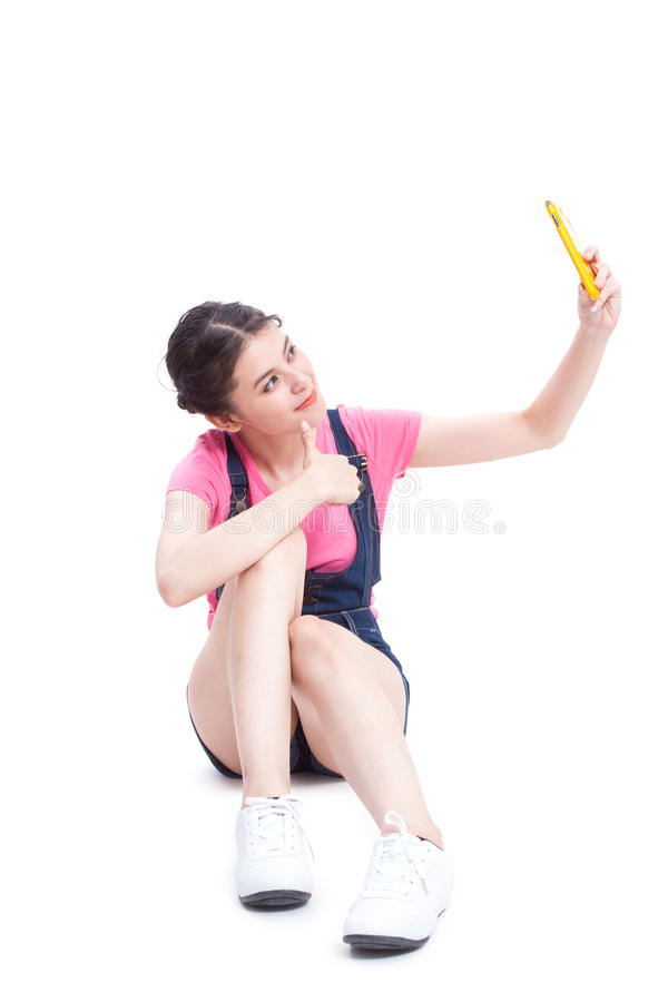 Schöne lächelnde junge Frau, die selfie Foto macht stockfoto
