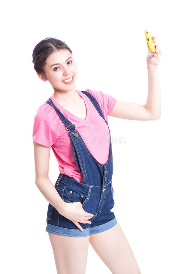 Schöne lächelnde junge Frau, die selfie Foto macht lizenzfreies stockfoto