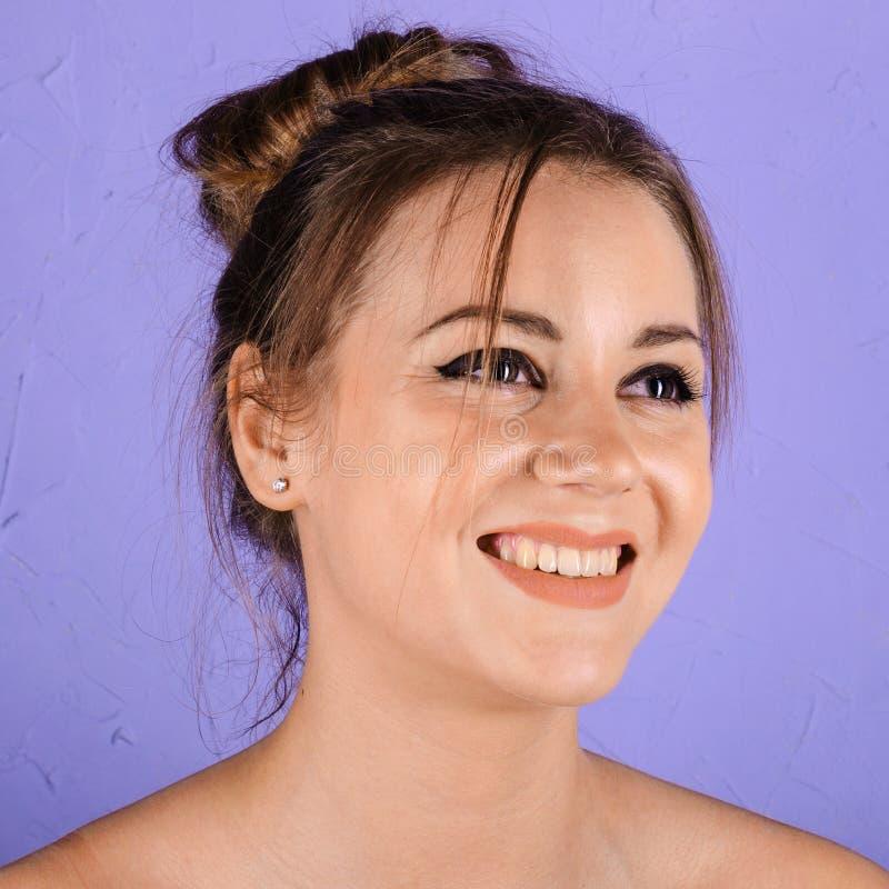 Schöne lächelnde junge Frau mit sauberer frischer Haut stockbilder