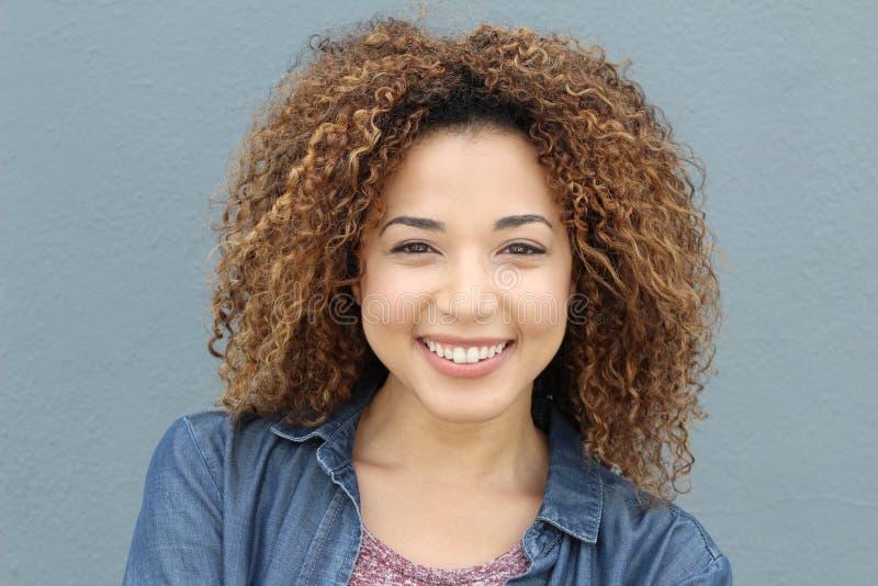Schöne lächelnde junge lateinische natürliche Frau lizenzfreie stockbilder