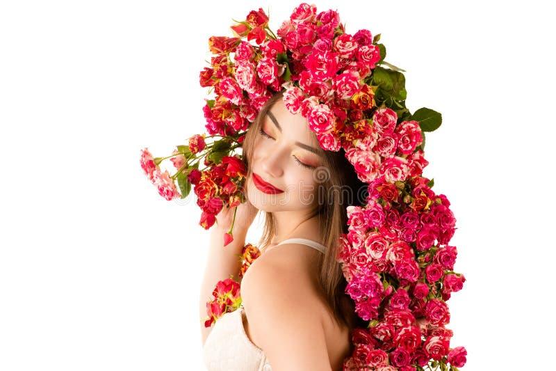 Schöne lächelnde koreanische Frau mit hellem Make-up und Rosen stockbild