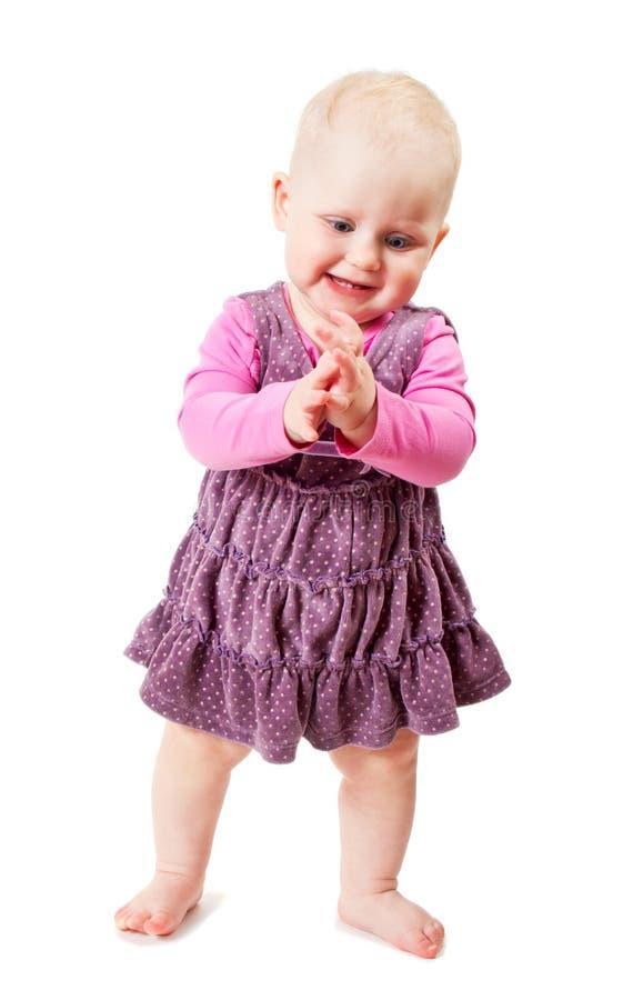 Schöne lächelnde Kosten des kleinen Mädchens, Klatschen stockbild