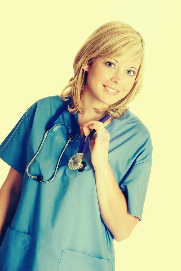 Schöne lächelnde Krankenschwester stockbild