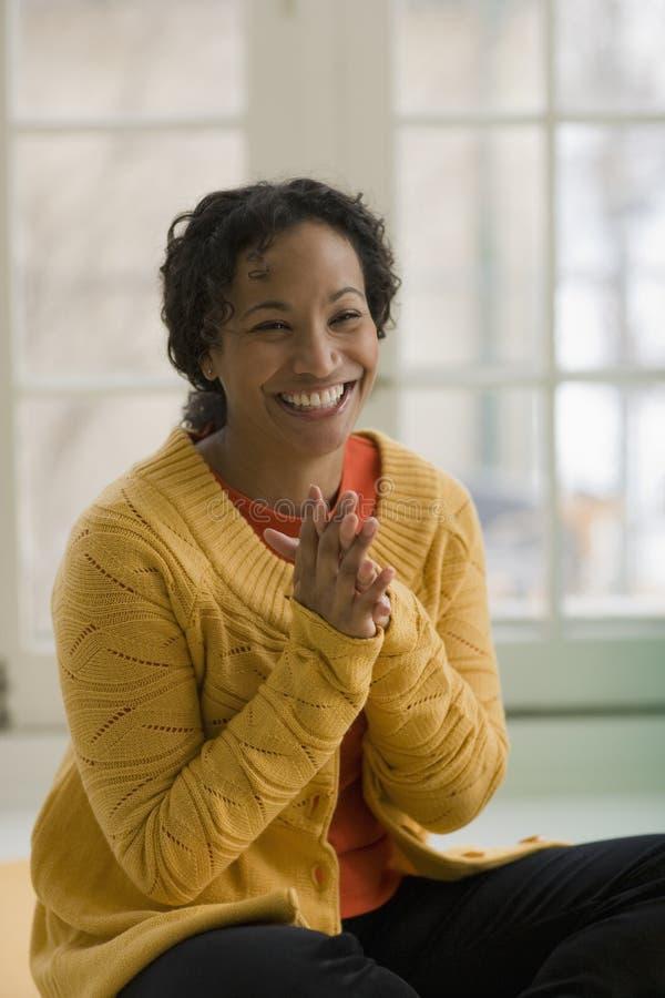 Schöne lächelnde schwarze Frau lizenzfreie stockfotos