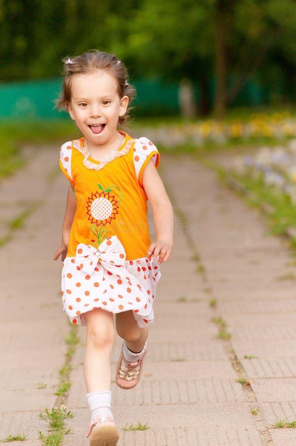 Schöne Lack-Läufer des kleinen Mädchens stockbilder