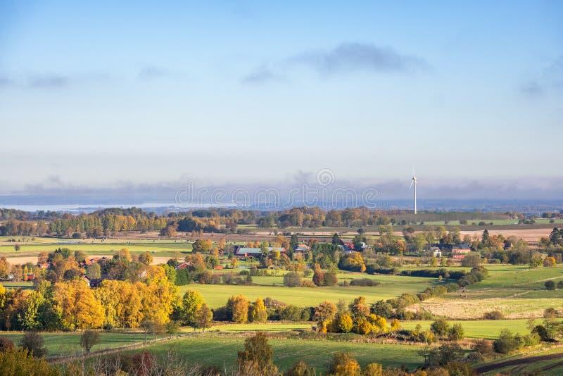Schöne Landlandschaftsansicht mit Herbstfarben stockfotos