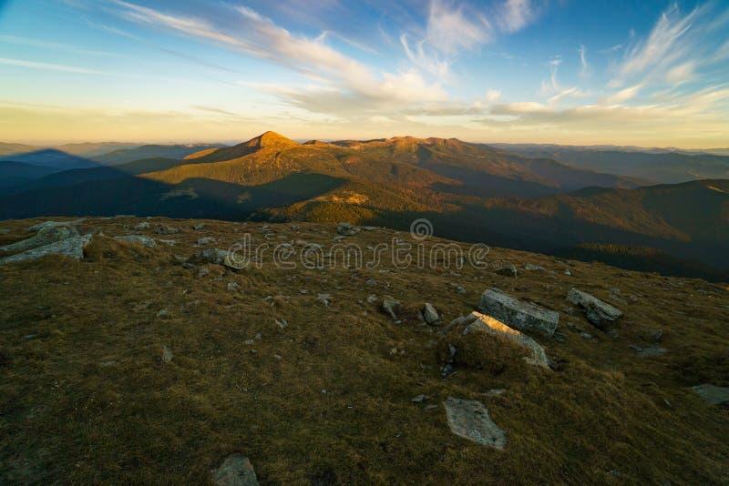 Schöne Landschaft bei Sonnenuntergang des Bergs Hoverla ist der höchste Berg der ukrainischen Karpatenberge, Chornohora lizenzfreie stockbilder