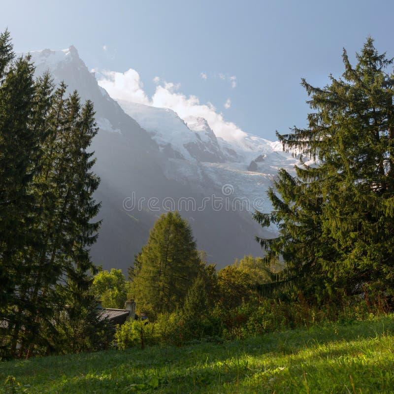 Schöne Landschaft in den alpinen Bergen nahe Mont Blanc lizenzfreie stockfotos