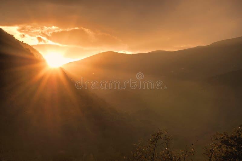 Schöne Landschaft in den Bergen mit der Sonne an der Dämmerung Berge zur Sonnenuntergangzeit Aserbaidschan, Talish-Berge Yardimli stockbild