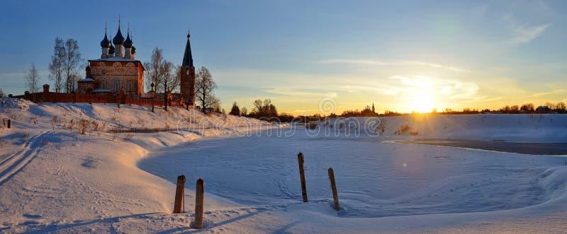 Schöne Landschaft der Dunilovo-Dorfkirche und -sonnenaufgangs lizenzfreie stockbilder