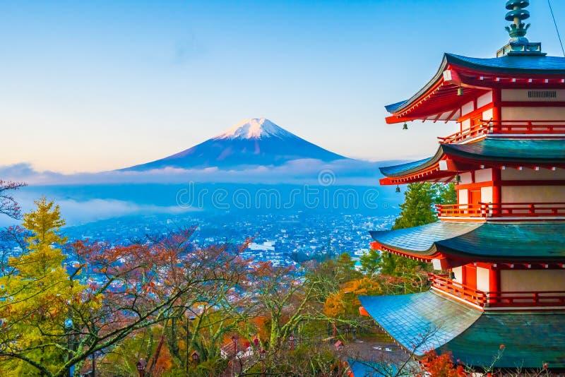 Schöne Landschaft des Berges Fuji mit chureito Pagode um Ahornblattbaum in der Herbstsaison stockbilder