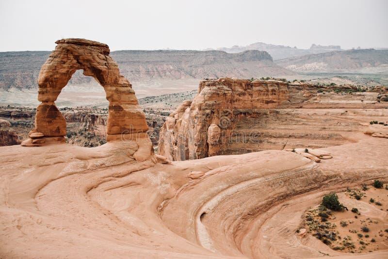 Schöne Landschaft des empfindlichen Bogens an den Bögen Nationalpark, Utah, USA lizenzfreie stockfotos