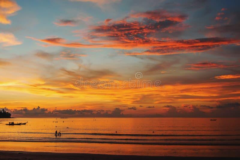Schöne Landschaft des Ozeans bei Sonnenuntergang mit einer Welle auf dem Ufer und den seltsamen Wolken stockfotografie