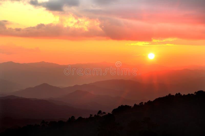 Schöne Landschaft des Sonnenuntergangs mit Berg und netter Wolke stockbilder