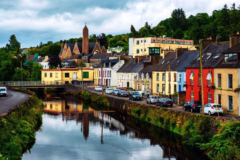 Schöne Landschaft in Donegal, Irland mit Fluss und bunten Häusern stockfoto