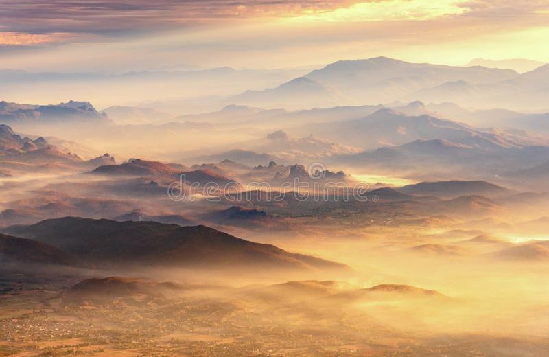 Schöne Landschaft Gebirgs- und Nebeltal, Gebirgsschicht herein stockfotografie