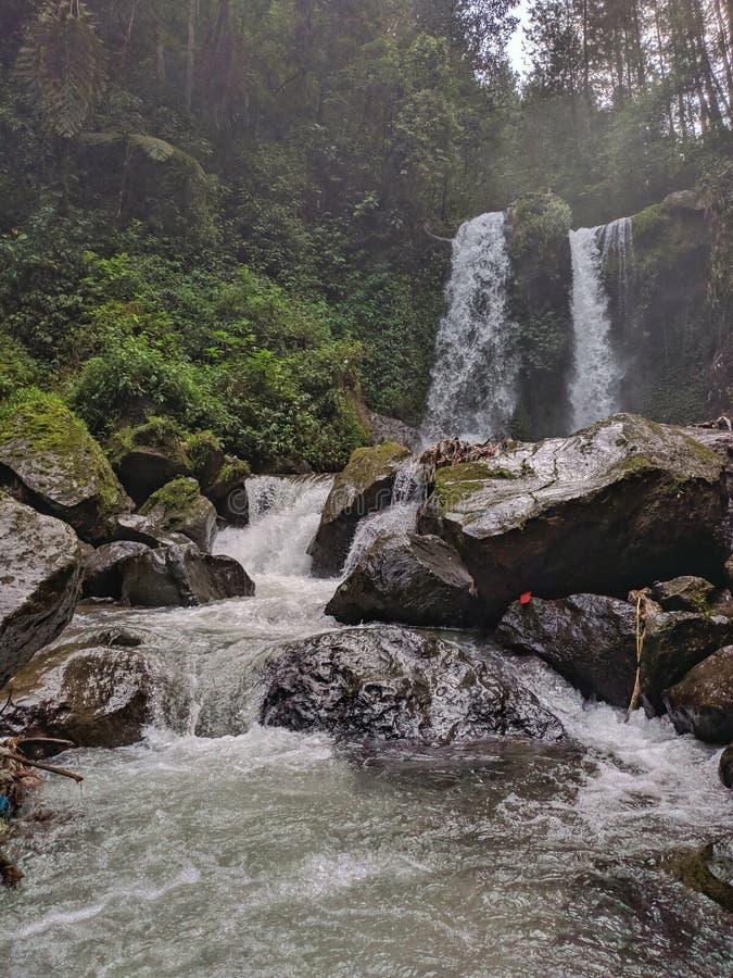Schöne Landschaft Grenjengan Kembar Wasserfall, Magelang Indonesien lizenzfreie stockbilder