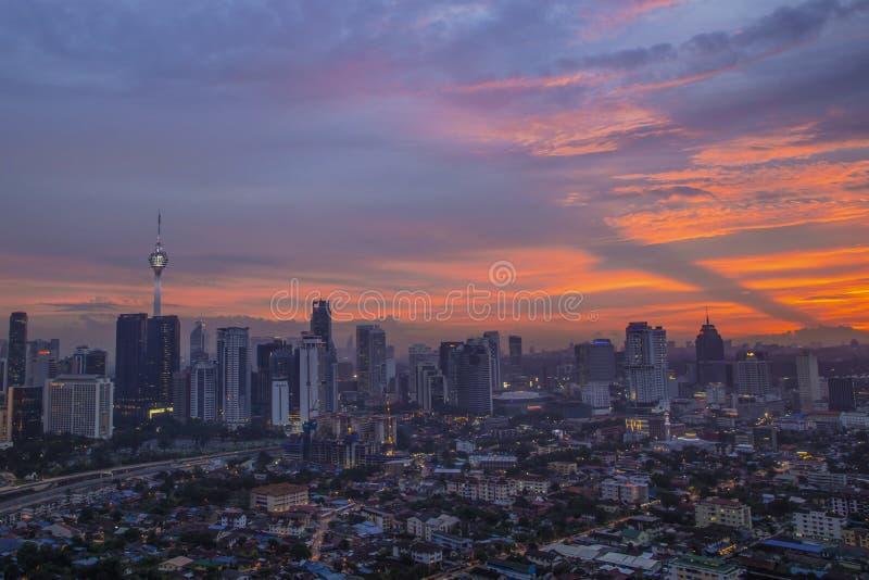 Schöne Landschaft in klcc Twin Towern an der Dämmerung lizenzfreies stockfoto