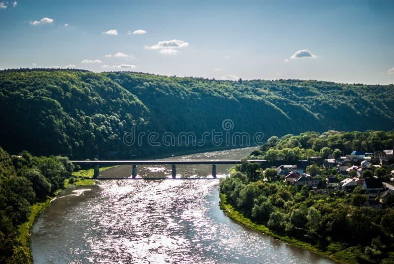 Schöne Landschaft mit Ansichten des Flusses stockfotos