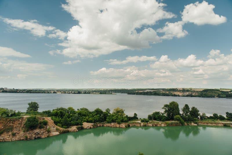 Schöne Landschaft mit blauem Himmel und weißen Wolken stockfotografie