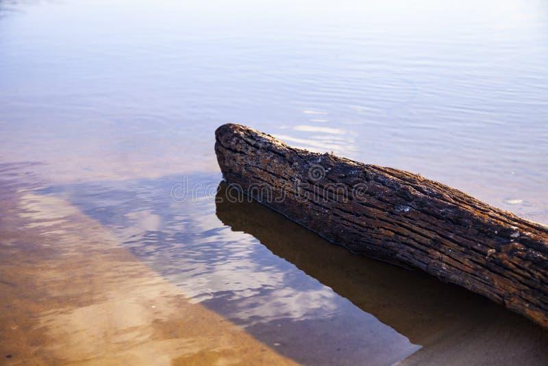 Schöne Landschaft mit einem ruhigen Fluss lizenzfreies stockbild